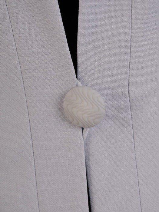 Wizytowy płaszcz zapinany na ozdobny guzik 24935