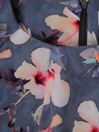 Wyszczuplająca sukienka w kwiaty 14893, modna kreacja na wiosnę.