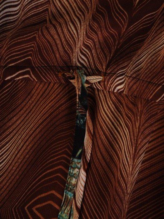 Wyszczuplająca sukienka z szyfonu, kreacja z modną falbaną 24287