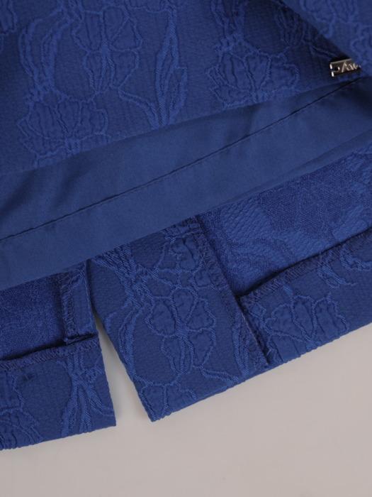 Żakardowa sukienka z ozdobnym dekoltem, chabrowa kreacja z krótkimi rękawami 22225.