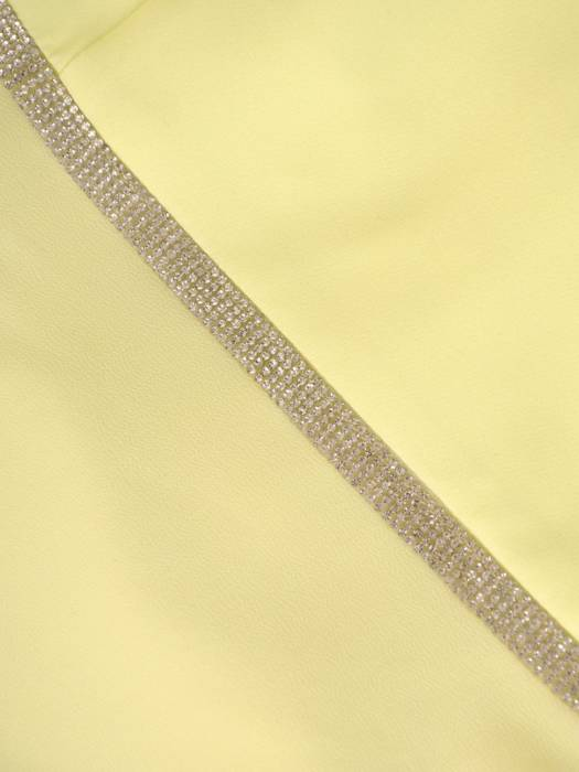 Żółta sukienka na wiosnę, kreacja z ozdobną, asymetryczną falbaną 29253